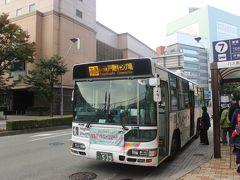 長野駅前に宿泊して、早起き。 長野駅前から朝7時のバスで戸隠へ向かいます。  朝早い便だったのでガラガラかと思ったら、結構な混み具合。 みなさん、紅葉の戸隠が目当てなのでしょう。  観光地へ向かうので観光バス型のバスを期待していましたが、普通の市内バスと同じバスでした。