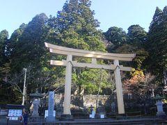 長野駅から1時間、まずは戸隠神社・中社前で降ります。  戸隠神社は天照大神の天岩戸伝説にゆかりの神社です。 5つの社があり、それぞれ天岩戸伝説にゆかりの神様が祀られています。 「戸隠」は天岩戸の岩がここまで投げられたことに由来します。