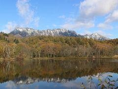 「足神さん」から10分ほどのところにある小鳥ヶ池。 雪化粧した西岳が水面に写り、とても美しい景色です。 「おおーッ」と声を出してしまいました。
