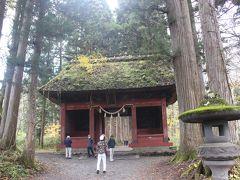 「もりのまなびや」から再度遊歩道を歩いていくと、戸隠神社・奥社の随神門に到着します。 戸隠神社・奥社はバス停や駐車場から社殿まで2キロもありますが、随神門は中間地点になります。