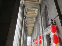 この立派な銀行建築は、もともと日本統治時代の1937年に日本勧業銀行(現みずほ銀行)の台南支店として建てられ、現在は台湾土地銀行の分行として使用されています。 撮影当時は旧正月が近いためか、提灯で飾りつけられていました。