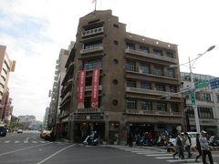 台湾土地銀行から交差点を挟んで斜め向かいの位置にあるのが、林百貨店です。 もともと日本統治時代の1932年、山口県出身の林方一氏の手により創業された百貨店でしたが、日本の敗戦後は商業施設としては使用されず、長らく廃墟となっていました。 しかし、1990年代後半に市の古跡に指定された後、修復作業が実施され、2014年に特産品を扱う商業施設として再オープンしています。