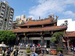 そして本堂。日本とはお参りの仕方が全く異なります。自分も周りに倣ってお参りをしてきました。