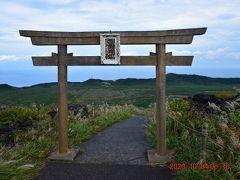 その巨岩の前にあるのは山頂764mに鎮座する三原神社の鳥居。 条件が良ければ社殿に向かう参道の鳥居越しに富士山を眺めることができるそうですが、本日はそこまでは望めませんでした。