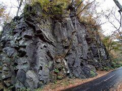 馬門岩。  国道のギリギリまでそびえている岩で、火山活動でできたんだろうなと想起させます。冬になると凍るのかしら・・・