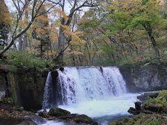 銚子大滝。  断層や流れ込む沢の影響で段差ができたようです。 この滝があるため、十和田湖に魚が遡上してこないことから、魚止の滝とも呼ばれているとか。