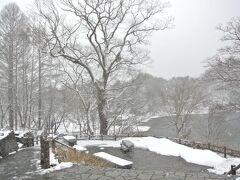 さて、家族旅行に戻りましょう♪ 五色沼にも寄ってみますが、ここだけ急に天候が…。 なんと4月だというのに雪が結構な勢いで降ってますぜ(゜〇゜;)ゲゲ