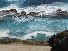 海軍棒プール(海岸沿いに砂浜はなく、珊瑚の岩だけで泳ぐ事が出来ない為、一部、この様に人工海水プールを作ります。潮の干満で深さが変わり、中には魚がいます。今の時期は波があり、ここで泳ぐ事は無理です。
