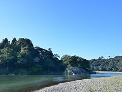 ●臥龍山荘  ここ大洲は「伊予の小京都」とも呼ばれ、お城以外にも見どころがたくさんあり、本当はゆっくりと町歩きをしていきたいところだったんですが、いかんせん残された時間が無く、最後、肱川のほとりから「臥龍山荘」を眺めていくことに。