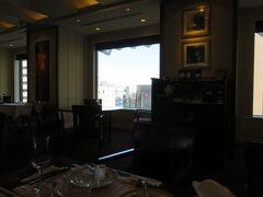 17階のインペリアルバイキング・サールの席にて。グラスでの赤ワインの種類が少ないのには少々がっかり。ボルドーはおろか、カベルネソーヴィニヨンもメルロー類もなかった。。。コート・ド・ローヌもないが、そのはずれの地方のシラーで我慢した。。レ・セゾンならあったのだろうが、この日は定休日とのこと!知らなかった。。。ワインは期待したほどではない。。。  ただ、スタイル変更で、自分で、運ぶ必要はなかった。勿論、そのほうが有難い。