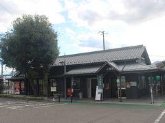 上田駅から15分で坂城駅に到着。 昔ながらの駅舎の残る駅です。