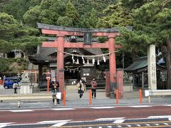 向かったのは『白鬚神社』 まぁ見た感じフツーの神社だけど この鳥居からみた風景が こちら↓↓