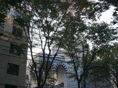 【東京ジャーミイ】 10分弱 歩いて来たのが日本国内最大級のイスラム教モスク 建物が美しいという事で前にTVで見て次回の東京散歩で行こうと決めていました 住宅街の中に突然、オスマン・トルコ様式の美しいモスクが現れます 1917年(大正6年)ロシア革命で迫害を受けたロシアのイスラム教徒の一部が避難したどり着いたのが日本、その移住者たちを受け入れた日本政府の協力の元、イスラム教徒は祈りの場所を作ります、それがこのモスクです