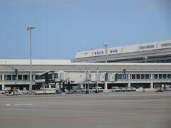 那覇空港に着きます。