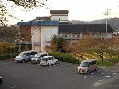 千光寺山荘  千光寺山荘の外観です。手前の駐車場はホテルの所有のものではありません。ホテルの駐車場は、ホテル玄関前にあります。  チェックインは午後3時以降で、駐車場の利用も3時までできません。  実際にホテルに着いたのは、5時前だったと思います。