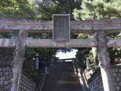 ◆品川神社 東京十社の一つ、平安時代末期の1187年創建。 大鳥居は双龍鳥居と呼ばれるようで、 左の柱は昇り龍、右の柱降り龍が彫刻されています。  源頼朝が安房国の天比理乃咩命を勧請して、海上交通安全と祈願成就を 祀ったことが始まりの由緒ある社です。 50段程度の階段を上がっていきます。  駐車場は工事の関係で使用できませんでしたので、 偶然見つけた近くの公共駐車場に停めました。