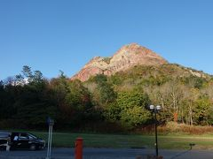 10分程でロープ―ウェイ乗り場に到着。赤い岩山は昭和新山です。