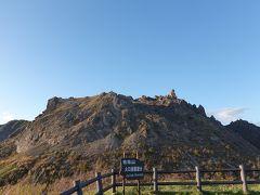 山頂の右側にトゲのように尖がった岩がありますが、これが大有珠(おおうす)と呼ばれる標高737mの最高点です。