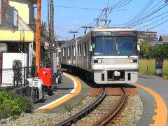 熊本電気鉄道さん 藤崎宮前⇔黒髪町間の道路上を走行する併用軌道区間です。いかにも明治時代に開業した軌道を思い起こさせる区間です。元東京メトロ 日比谷線 03型 大型電車が行き交います。この区間の藤崎宮寄りの踏切は旧型の「電鈴式(ゴング式)踏切」で、本当に鐘を叩くノスタルジックな踏切音が魅力です。   https://youtu.be/CqH7KkMIVYQ