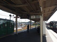 階段を降りていくと……。ちょうど信楽線の列車と草津線の列車が入線してくるところでした。