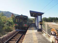 たぬきと一緒に、信楽へ向かう列車をお見送り。