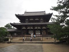 法隆寺の中枢、西院伽藍へ。 正面に見えるのは中門(国宝)。