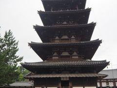 西院伽藍は世界最古の木造建造物群で、中に入ると最初に目に入るのが五重塔(国宝)。高さは32.5m、木造建築として日本最古~飛鳥時代~の五重塔。