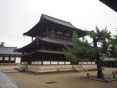 五重塔の隣に建つのが金堂(国宝)。これも飛鳥時代に建てられたもので、ご本尊を安置する聖なる殿堂の位置づけ。