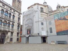 Chiesa di San Geremia ラビア宮殿の横にはサン・ジェレミア教会。  通常これらはカナールグランデから見るものですが、これは内側からの姿。修復用の幕で覆われていました。  聖ルチアの遺骸が奉納されている1700年代に建設のネオクラシック、ロマネスク調の教会。  改宗を迫られ拷問を受け殉教した「聖女サンタ・ルチア」の遺体が安置されています。主祭壇には彼女の遺体が安置されたガラスケースがあり、もともとは十字軍が勝利品としてシシリアのシラクーサから運んできたものということ。  よくサイトで書かれているのとは違って、ナポリ民謡で有名なサンタ・ルチアは、同都市にある港サンタルチアの絶景を讃える歌で、この教会に眠る聖人を直接歌っているのではないということです。  しかしながらカンツォーネ(ナポリ民謡)はゴンドリエーレと呼ばれるゴンドラの漕ぎ手のチャームポイント。 https://youtu.be/1ebrnxY0Fuw  カンツォーネを聴くのが楽しみな人もベニスに来ているはず。