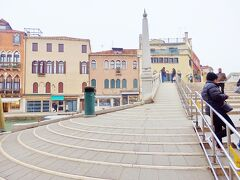 先ほどの広場から曲がってすぐにグーリエ橋。  ヴェネツィアでただ1つの尖塔で装飾された橋で、グーリエ橋 (Ponte delle Guglie=尖塔の橋)という名も、ここから取られているそうで、橋の袂(たもと)から突き出ています。