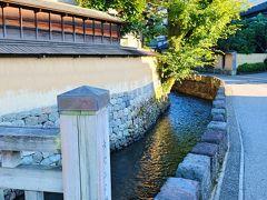 武家屋敷跡の土塀沿いを流れるのが「大野庄用水」で、かつては武士や豊かな町人が庭園の曲水として用水を引き入れて楽しんだそうです。これらの用水は、現在では町並みに潤いを与える存在となっています。