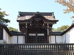 西教寺からかなり歩いて滋賀院門跡にやってきました。 この歩いている道でも、どこかのお寺から鐘の音がずっと聞こえて風情を感じた。 坂本のまちは、いい町です。  そして、志賀院門はとっても大きく立派