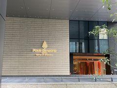 フォーシーズンズホテル東京大手町の1階エントランス  駐車場は地下3階 1階エントランス前でバレーサービスに預けることも可能です。  ここでタブレット端末で体温測定、手指消毒後専用エレベーターで39階のロビーフロアへ