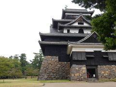 松江城の全貌!  国宝で唯一の正統天守閣だそうですが、他のお城とどこがどう違うのか?知識もないしわかりません  天守閣の最上部の屋根にあるシャチホコ見えますかね? シャチホコが使われてるお城って他にもありますよね~  なにか意味があるのでしょうか?  歴女だったら即答できることでしょう