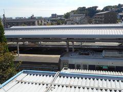福知山線から阪急に乗り換えて箕面を目指すのだが、宝塚乗り換えでは芸が無いので、川西池田駅まで行くことにした。 新三田駅から川西池田駅までは25分。日中の快速は、今年からすべて、新三田-川西池田間は各駅に停車する。上り列車は、この駅で先行する普通を追い越すのは変わらず。
