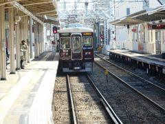 石橋阪大駅で下車、7000型急行を見送る。 もう40年、阪急神戸線や宝塚線を走り続けている形式。