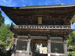 観光案内所から緩やかな坂道を10~15分ぐらい歩くと「筑波山神社」の入り口に着きます。