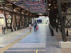 駐車場はかなり広く余裕です。(一回820円) 電車の場合は駅と博物館がコンコースで繋がっています。 便利です。