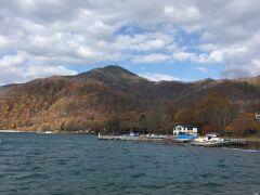 こちらは恵庭岳と手前は有料駐車場の近くあった観光船乗り場!