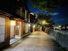 """川向こうにある""""主計町(かずえまち)茶屋街""""でした。 このエリアももう一つの茶屋街で、浅野川に面した石畳の通りには、昔ながらの料亭や茶屋が建ち並んでいました。"""