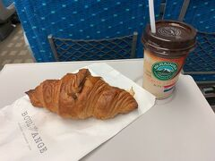 京都駅構内のお気に入りのパン屋さんで買ったクロワッサンがこの日のディナーになりました。