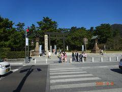 お店の前から出雲大社の石碑のある参道を眺めます