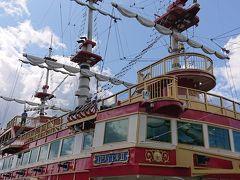海賊船に乗船します。この時、船に乗る為に並んでると「特別室はプラス¥500で乗れます。密を避けてゆったり乗りたい方は特別室をご利用下さい。フリーパスお持ちの方は¥400です」とアナウンスがあり¥400払って並ばずに、すぐに乗船案内されます。