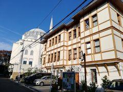 10年振りに下北沢に来ましたがかなり多くの国の料理があるんだなと思いました。 古着屋巡りをして次の目的地に向かいます。  代々木上原にある東京ジャーミイという施設です。 こちらはイスラム教の寺院だそうです。 トルコ文化センターという施設も併設しています。 自転車で走行していたら急に日本ではない景色が現れました。 まず中に入ってすぐにハラルフードのマーケットがあったので入りました。 トルコのコーヒーとお菓子を買いました。