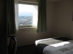 宿泊したのは『ホテルグリーンパーク津』。 津駅から直結でとても便利です。 いつも電車内から眺めて「いつか泊まってみたい」と思っていました。  海側の部屋はちょっと高かったので、山側のダブルルームです。 そういう『ちょっとのこと』をケチって臍を噛むタイプです。