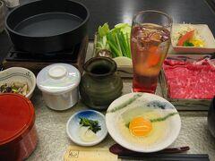 ホテル二階の『みやび』で夕食。  『ままま松阪牛・すき焼き御膳』です。 飲み物のサービスもあって嬉しい。 確か梅酒のソーダ割か何かをいただきました。