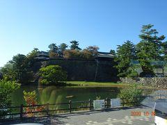 昼食後に由志園に向かう途中で松江城のお堀と櫓を少しだけ見る事が出来ました。 今回は時間の都合で松江城の観光はありません。