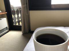 おはようございます♪  萌木の村で迎える朝です お部屋にあったドリップコーヒーを入れてのんびり。 小鳥の声が聴こえて嬉しい♪  朝の散歩をしようかと思ってたけど 雨が降っていたのでやめました