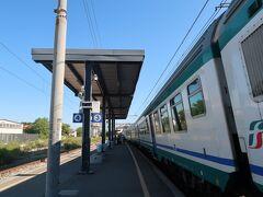 鈍行列車に揺られ着きました。 「Pisa S. Rossore」駅 同じのに乗ってた観光客っぽい人たちは、一つ前の「Pisa Centrale」でほぼほぼ降りちゃった。