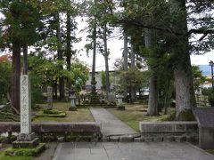 越前の戦国大名:朝倉義景の墓所の周りは、義景公園として整備されています。織田信長との戦に敗れ、本拠の一乗谷を追われた義景は大野まで逃れましたが、一族の景鏡にも裏切られ、この大野の地で自害しました。